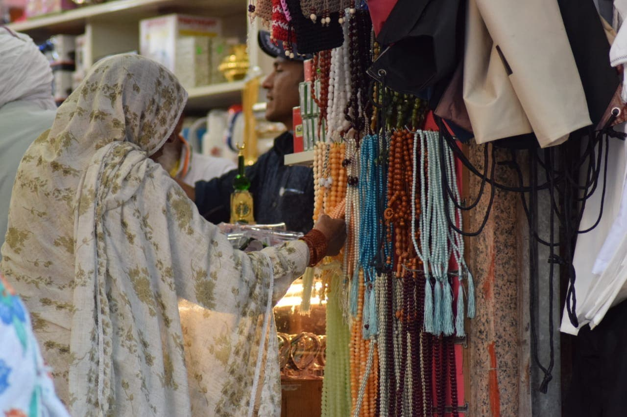pilgrims are shoping