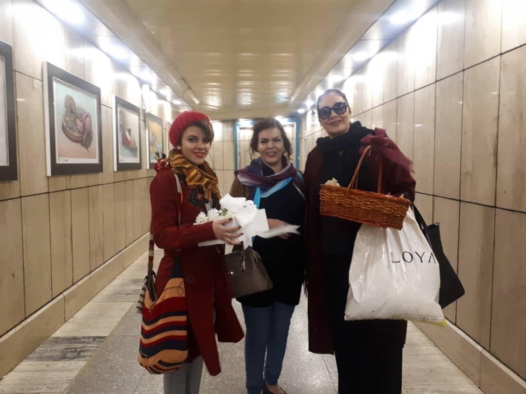 الناشطات الثلاث یوزعن الورود فی مترو طهران