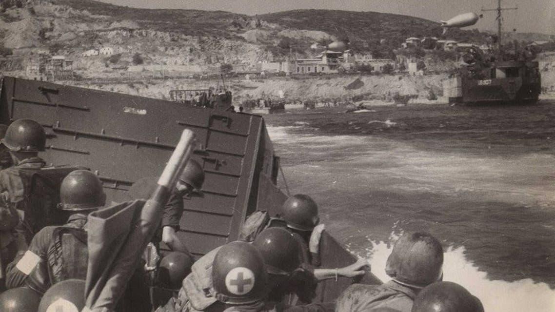 جانب من القوات الأميركية قبل نزولهم بالشواطئ في خضم عملية دراغون