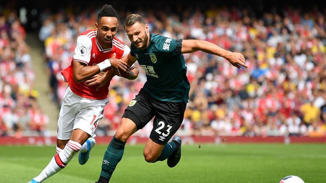 Arsenal's Gabonese striker Pierre-Emerick Aubameyang (L) vies with Burnley's Dutch defender Erik Pieters. (AFP)