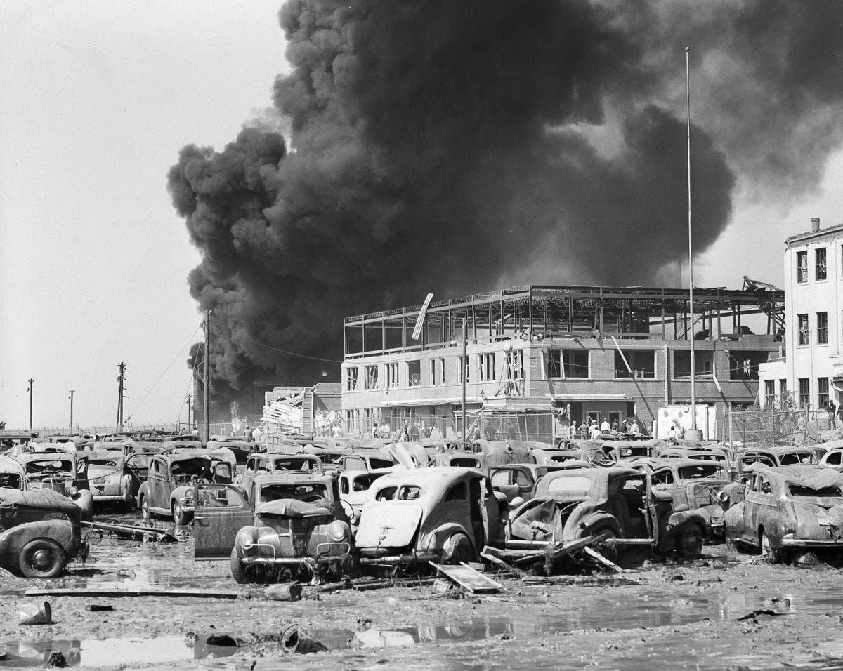 صورة تبرز حجم الدمار الهائل الذي لحق بعدد هائل من السيارات عقب الانفجار