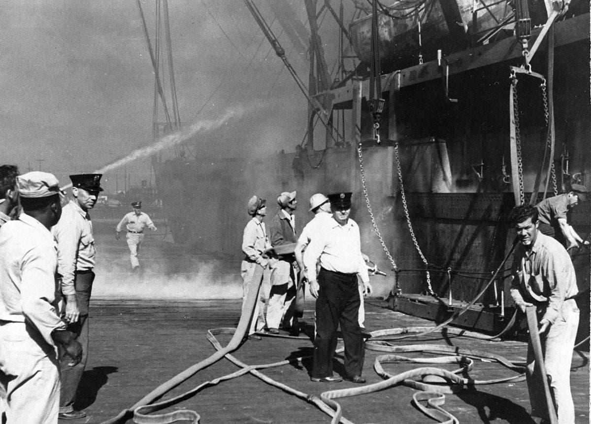 صورة تجسد محاولات السيطرة على حريق تكساس سنة 1947