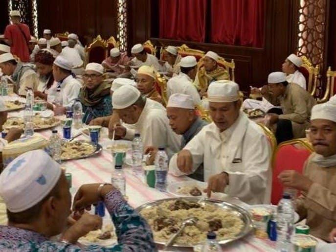 شاهد.. سعوديون يقيمون مأدبة عشاء لـ400 حاج إندونيسي