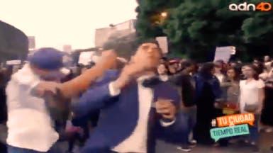 شاهد المراسل التلفزيوني يتلقى أعنف ضربة من متظاهر غاضب
