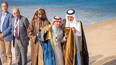 السعودي محمد يعقوب يرتدي بردة شاعر عكاظ هذا العام