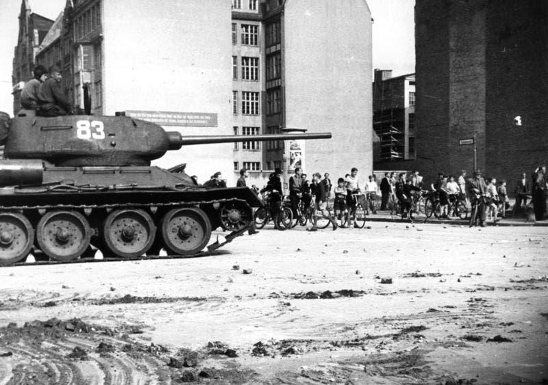 صورة لإحدى الدبابات السوفيتية ببرلين الشرقية أثناء الاحتجاجات