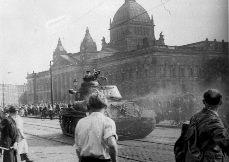 صورة لدبابة سوفيتية بمدينة ليبزغ الألمانية أثناء الاحتجاجات