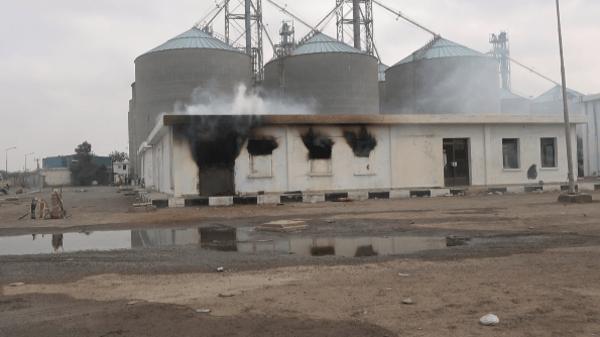 فيديو .. ميليشيا الحوثي تجدد قصف مطاحن البحر الأحمر بالحديدة