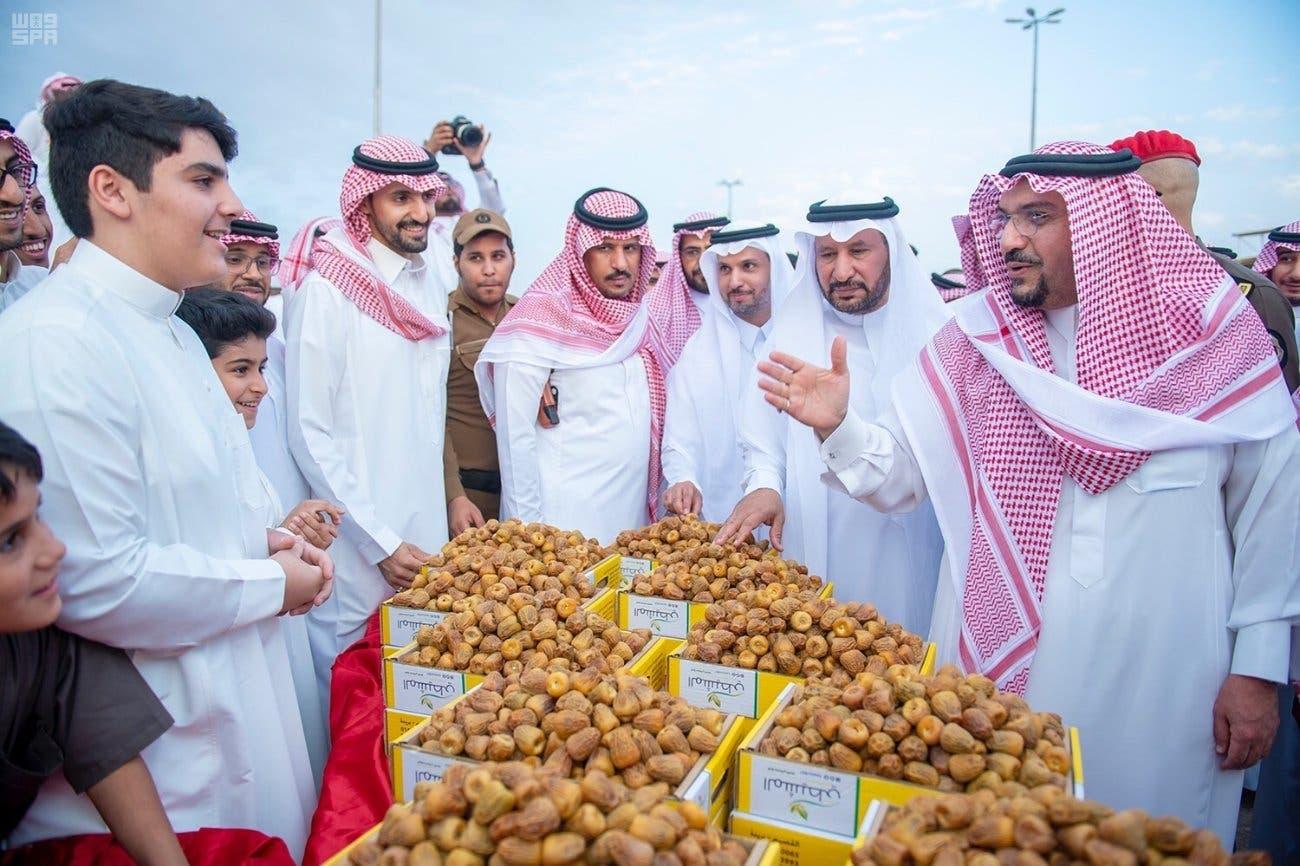 الأمير فيصل بن مشعل يشجع الباعة الصغار