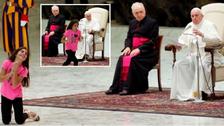 شاهد طفلة تقاطع البابا وترقص أمامه وتتمايل بالفاتيكان