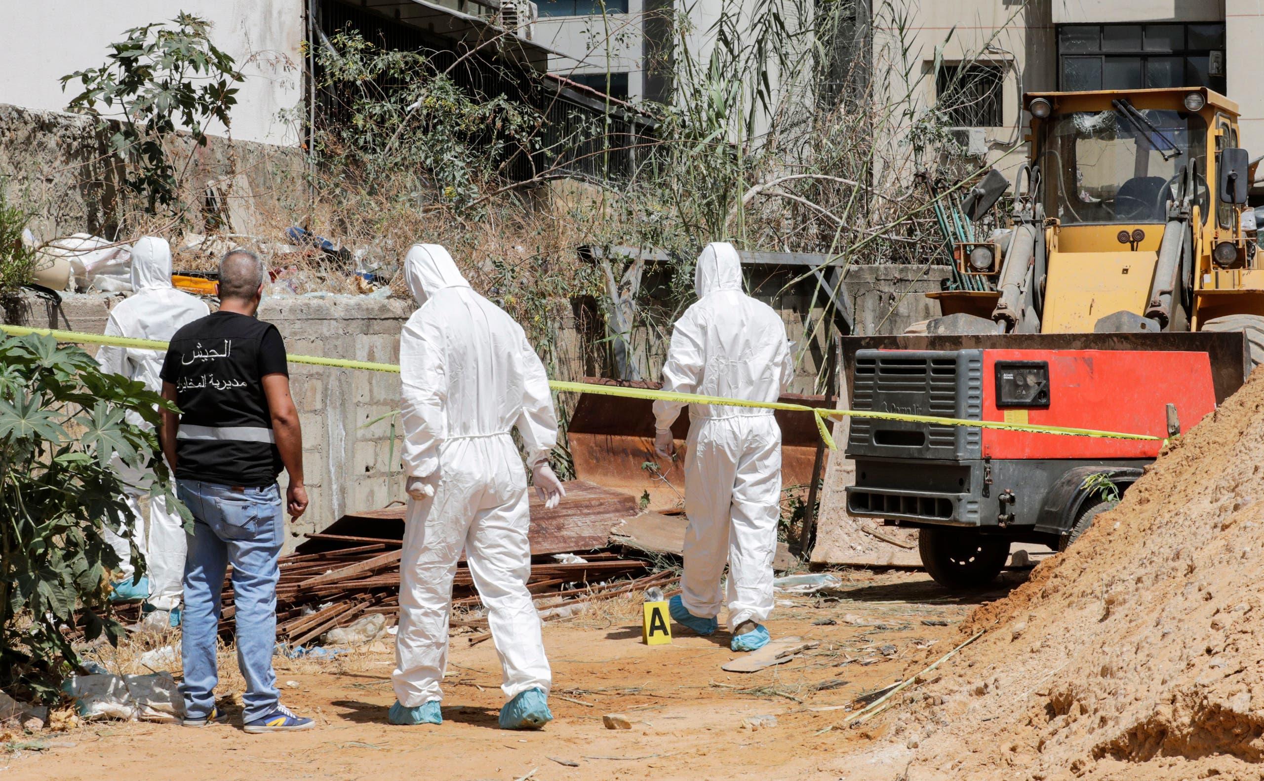 محققون في الطب الشرعي للمخابرات العسكرية اللبنانية يتفقدون المكان الذي سقطت فيه طائرتي درون إسرائيليتين