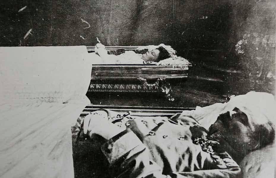 صورة لجثتي فرانز فرديناند وزوجته صوفي