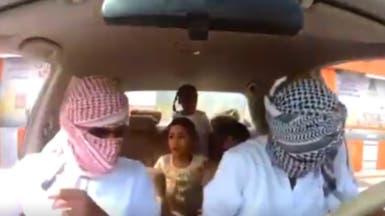 فيديو لشابين عمانيين يختطفان سيارة بها 5 أطفال.. بهذا الهدف