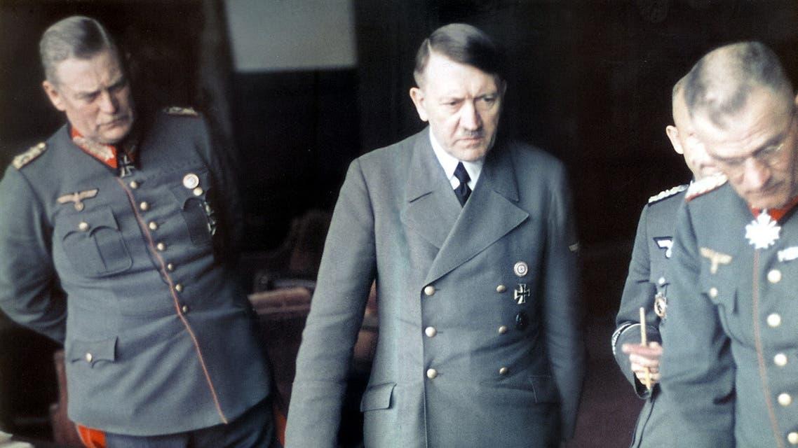 أدولف هتلر رفقة عدد من جنرالاته