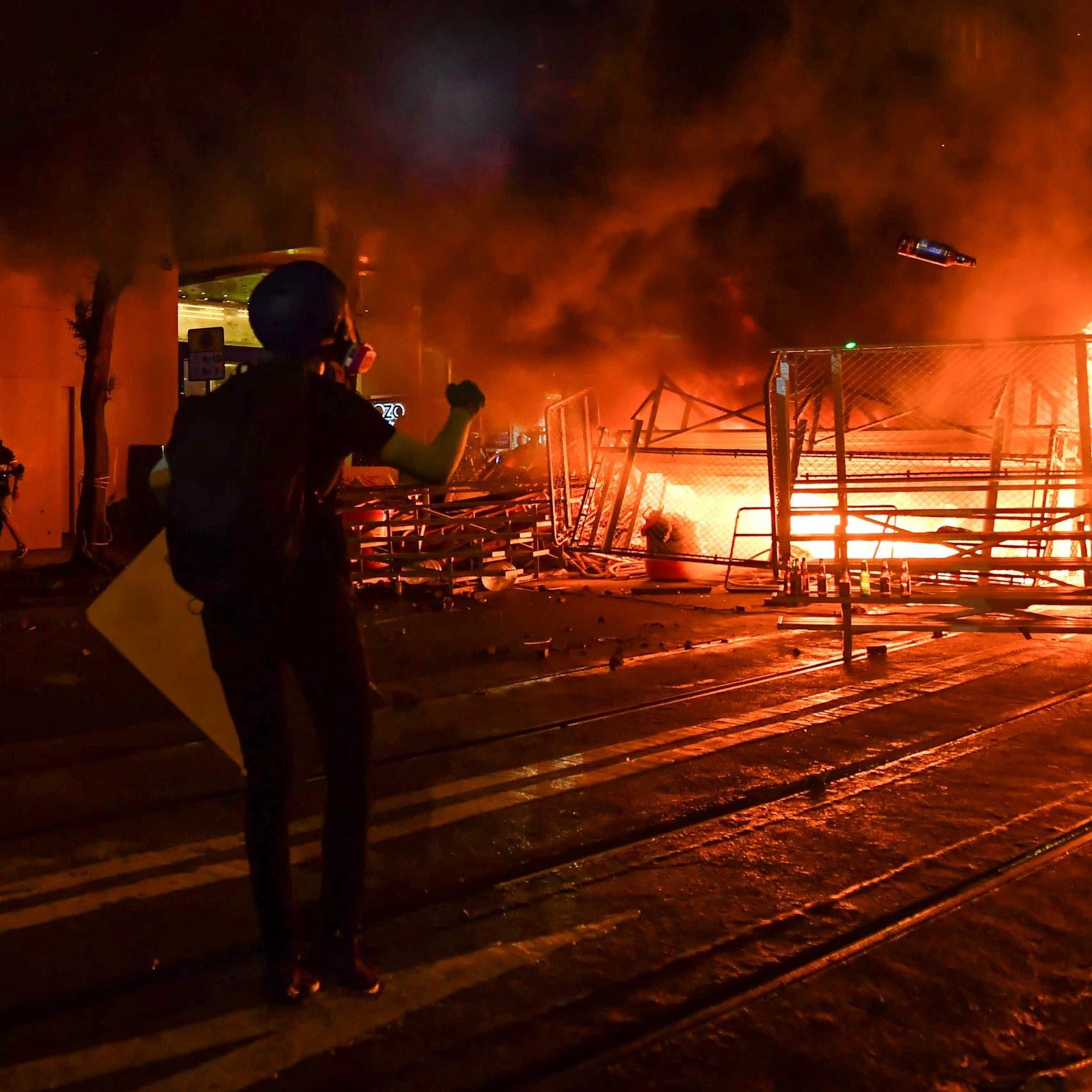 تظاهرات هونغ كونغ.. حرائق ومواجهات وقنابل غاز