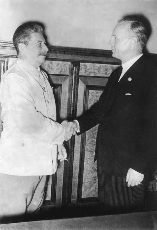 صورة تجمع بين وزير الخارجية الألماني فون ريبتروب والقائئد السوفيتي جوزيف ستالين