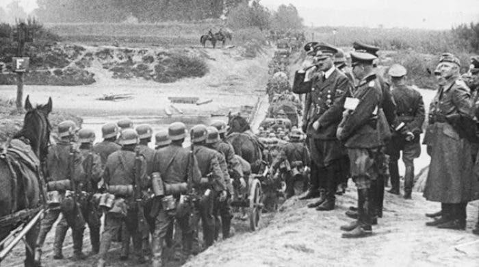 صورة لأدولف هتلر خلال زيارته لجنوده ببولندا