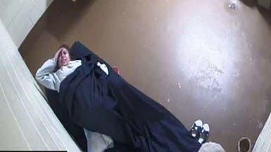 شاهد سجينة تنجب طفلها داخل الزنزانة.. وترفع دعوى