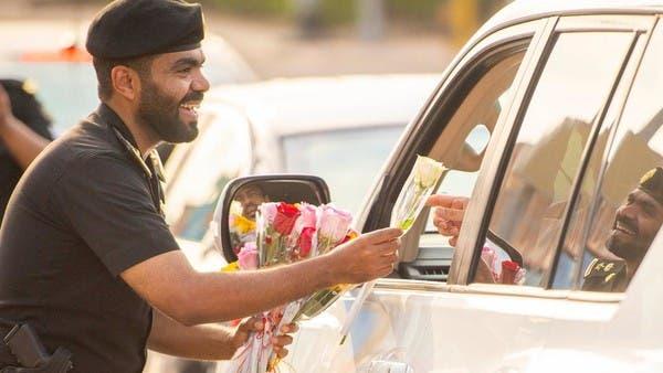 السعودية.. الطلبة عادوا للمدارس والأمن استقبلهم بالورود