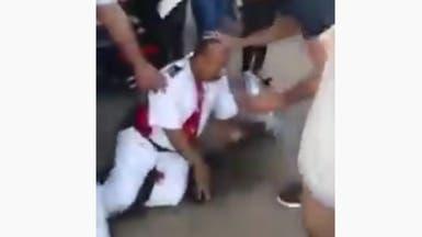 فيديو للحظة مقتل شرطي مصري طعنا بالسكين على يد مختل عقلي