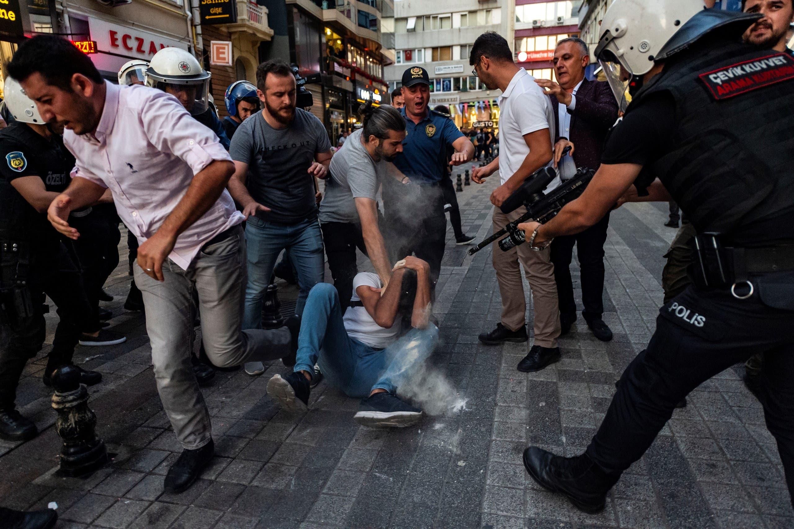 تظاهرات في اسطنبول ضد إقالة رؤساء البلديات الثلاث