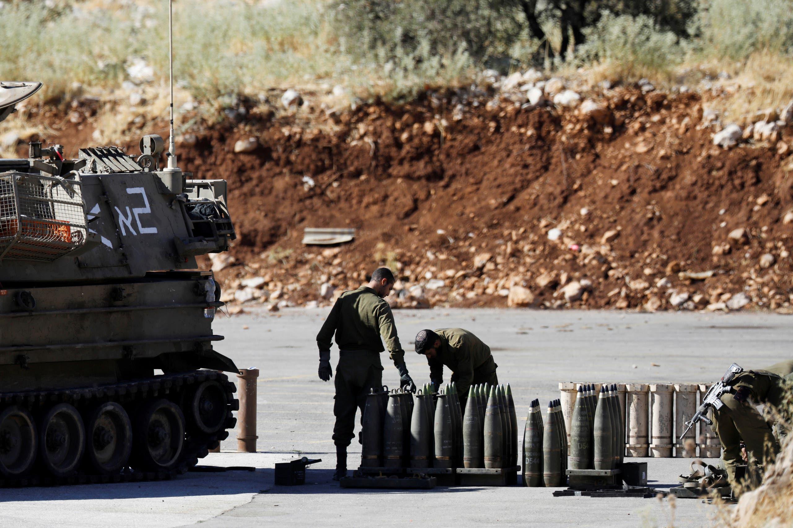 جنود إسرائيليون قبالة الحدود اللبنانية (رويترز)