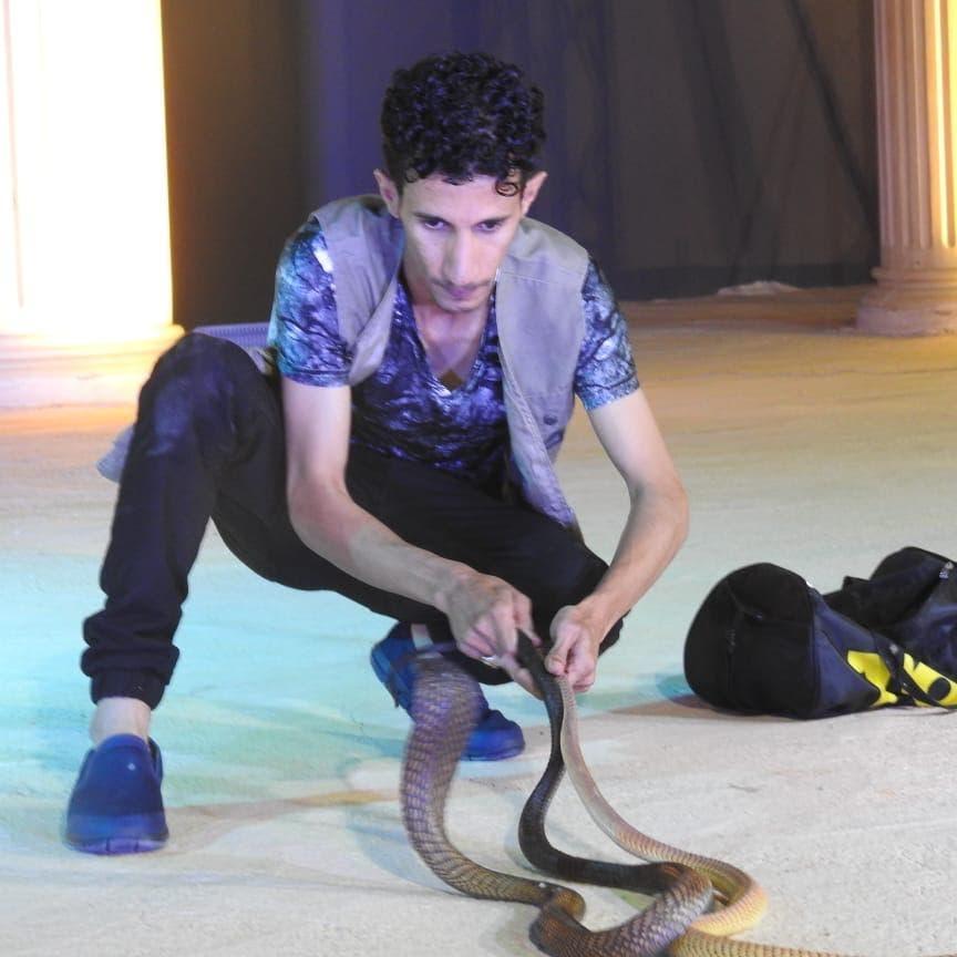 سعودي يراقص الثعابين: لدغتني فشاهدت شريط حياتي