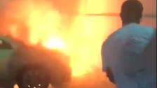 فيديو.. معلم يخمد حريق سيارة أمام مدرسة