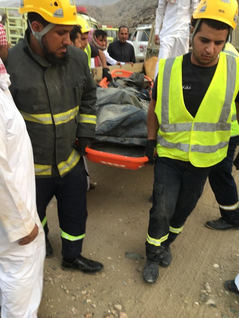 عمال الإنقاذ ينقلون الجثة إلى المستشفى