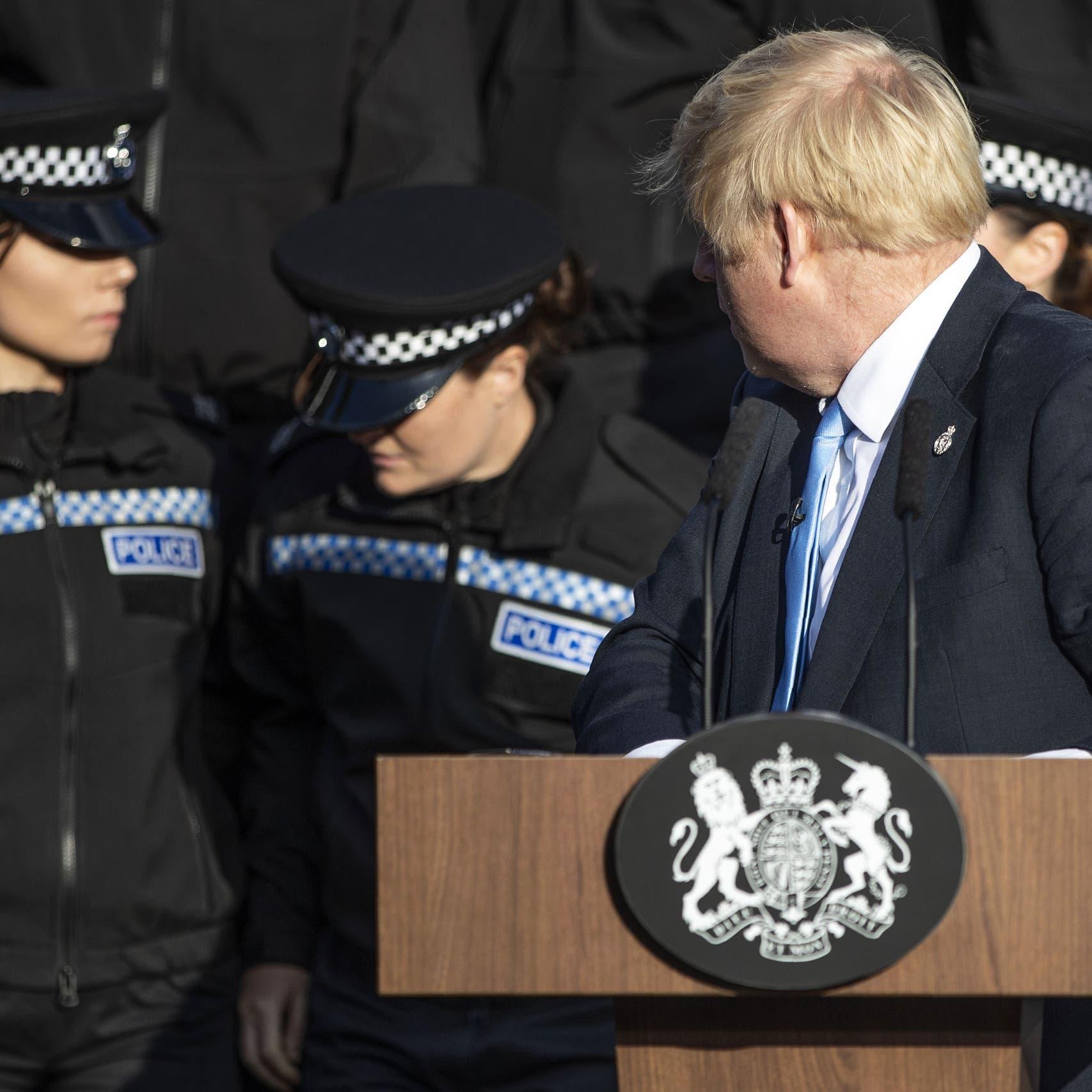 شاهد شرطية يغمى عليها.. ورئيس وزراء بريطانيا يكمل خطابه