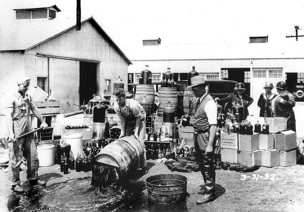 صورة لعملية إتلاف كمية من الكحول خلال فترة الحظر