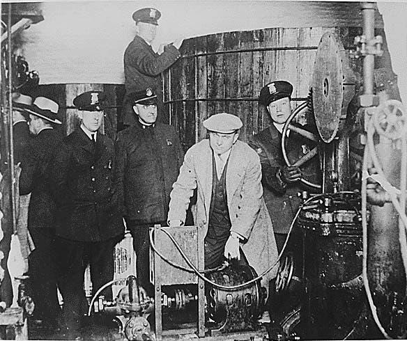 صورة لعدد من أفراد الشرطة الأميركية أثناء بحثهم عن الكحول