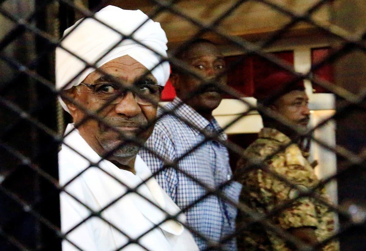 عمر البشير في قفص الاتهام بالمحكمة