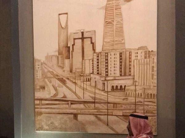 السعودية.. فنانة تشكيلية تحول خامات مستهلكة للوحات فنية