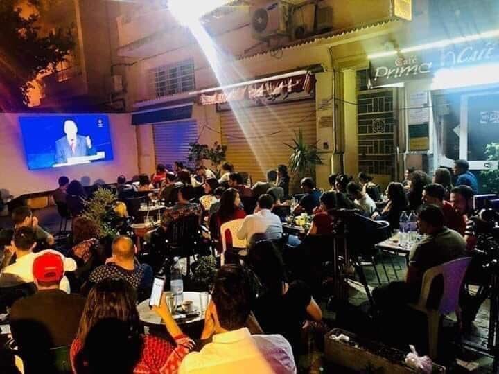 تونسيون يتابعون المناظرة في مقهى