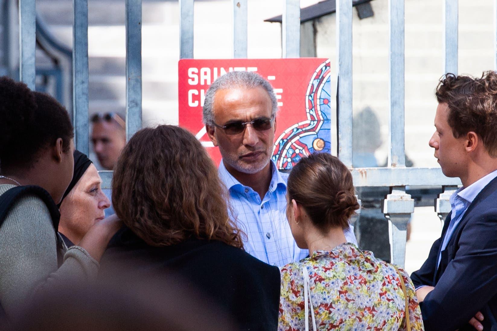 طارق رمضان يخرج من المحكمة بباريس بعد جلسة استماع في 30 أغسطس