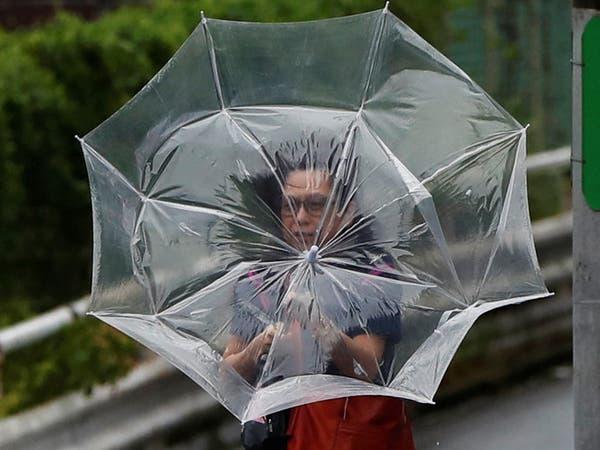 بالصور.. إعصار عنيف يضرب طوكيو ويتسبب باضطرابات في النقل