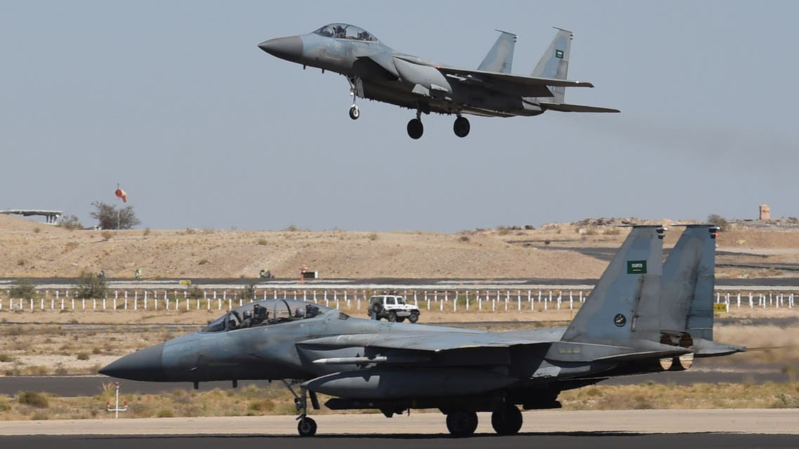 A picture taken on November 16, 2015 shows a Saudi F-15 fighter jet landing at the Khamis Mushayt military airbase, some 880 km from the capital Riyadh, as the Saudi army conducts operations over Yemen. AFP PHOTO / FAYEZ NURELDINE === PHOTO TAKEN DURING A GUIDED MILITARY TOUR ===