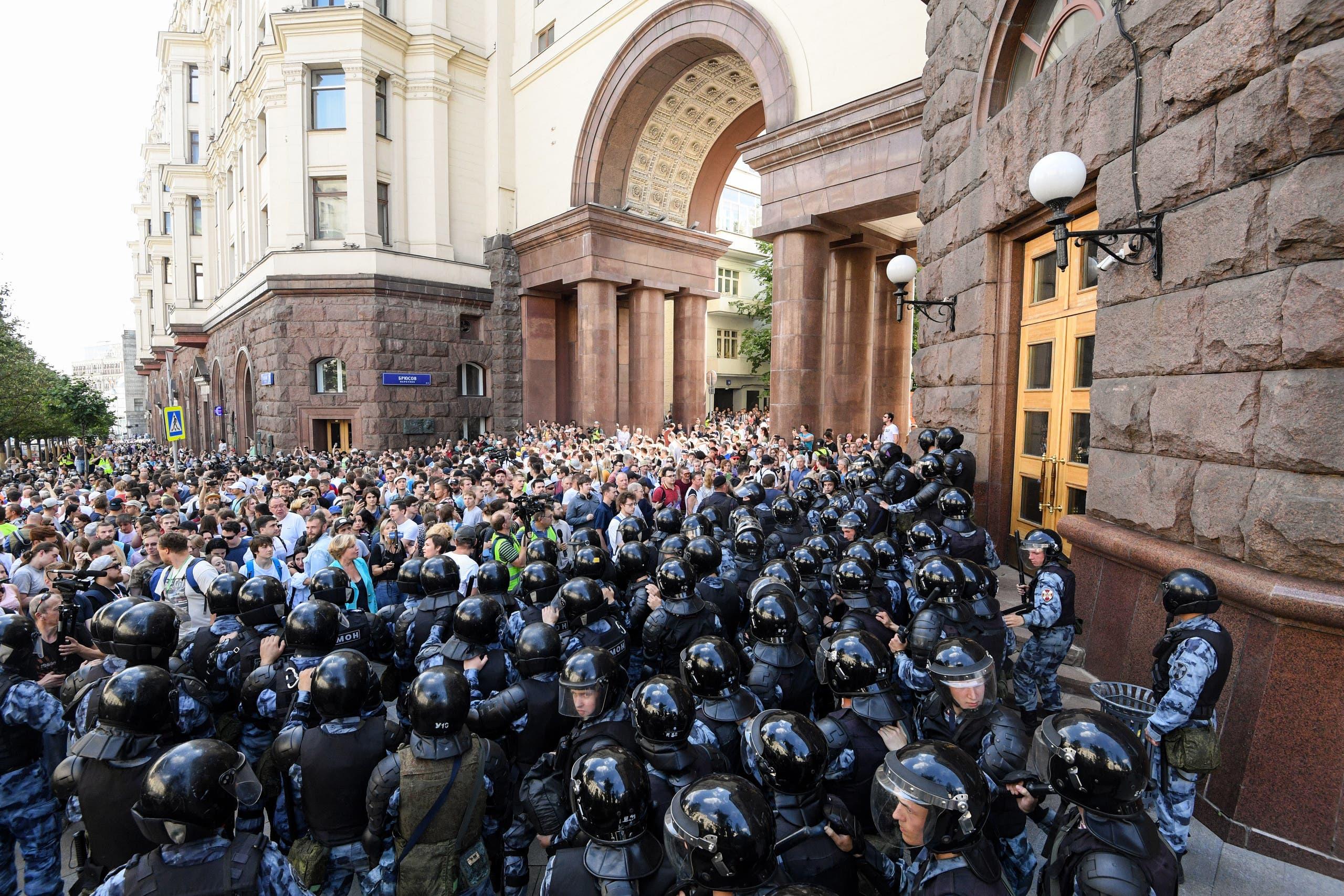 جانب من استخدام الشرطة الروسية القوة ضد متظاهرين