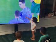 شاهد صديقة رونالدو تنشر فيديو لأطفاله.. يحتفلون بأهدافه