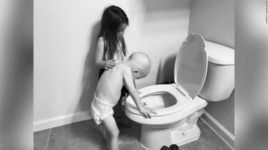 تسنده عند المرحاض.. صورة موجعة لطفل مريض بالسرطان وأخته