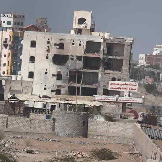 الحديدة.. ميليشيات الحوثي تستهدف المدنيين وتواصل حفر الخنادق