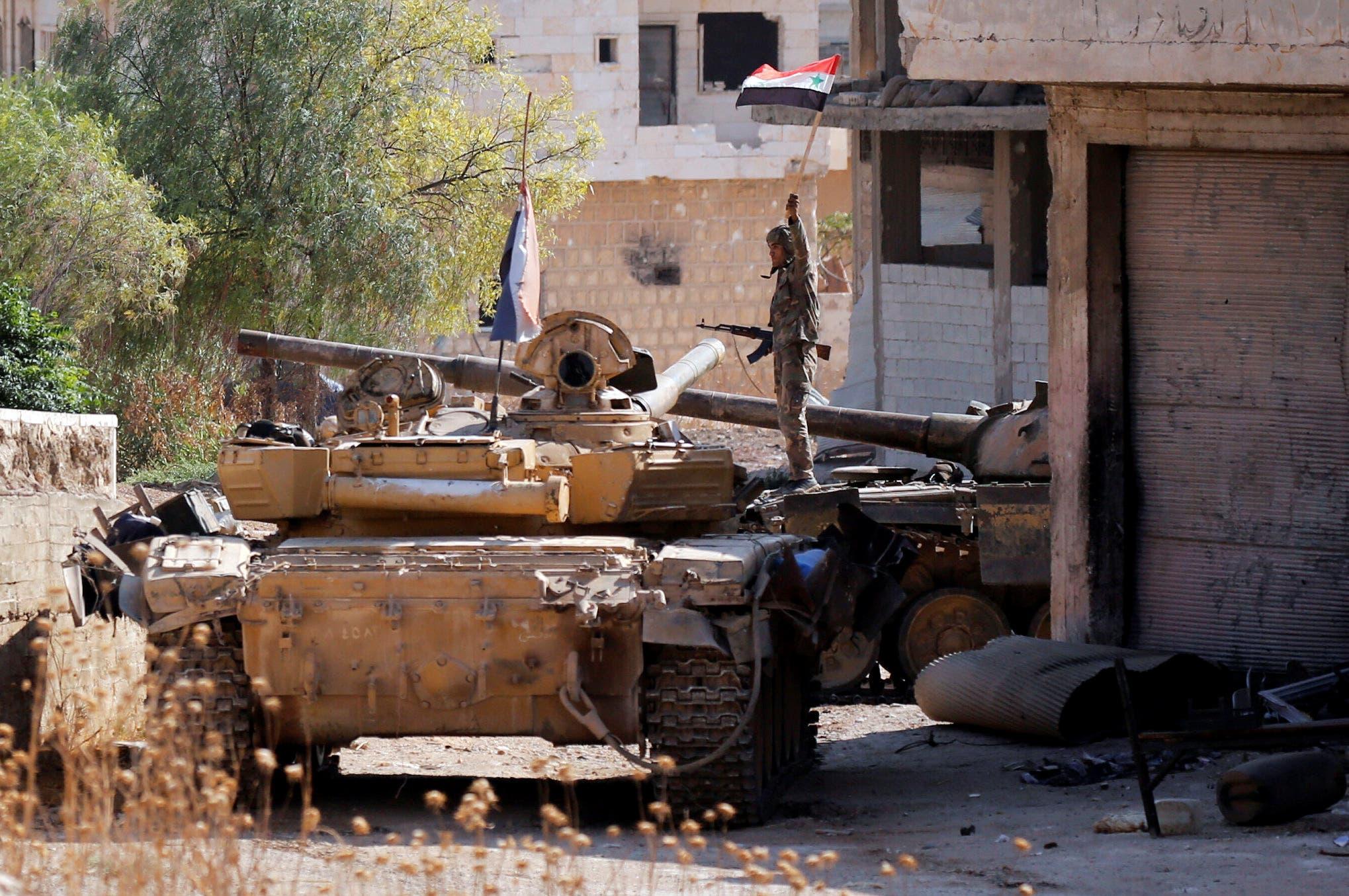 (أحد عناصر النظام فوق دبابة في إدلب (أرشيفية- رويترز