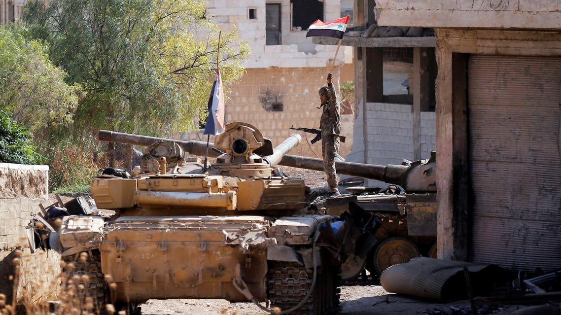 (أحد عناصر النظام فوق دبابة في إدلب يوم 24 أغسطس  2019(رويترز