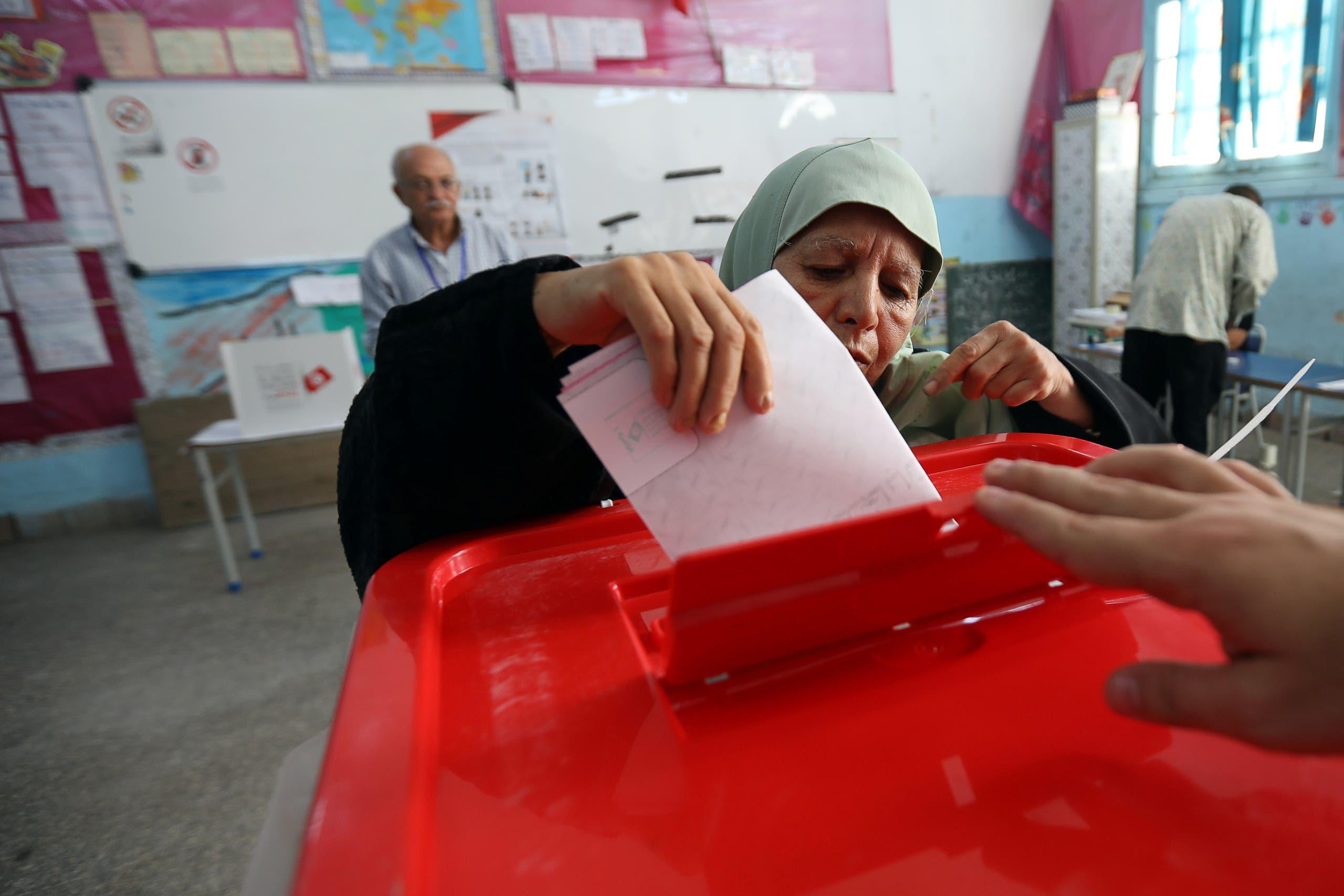 عجوز تدلي بصوتها في الانتخابات التونسية