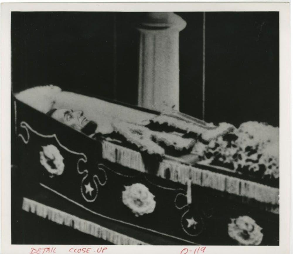 صورة فوتوغرافية لأبراهام لينكولن داخل نعشه