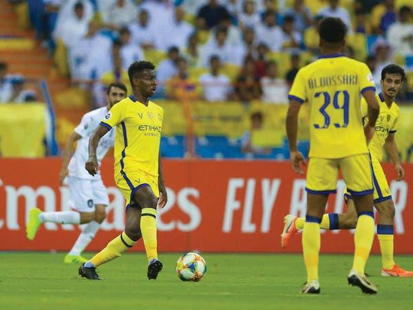 عبدالله الخيبري لاعب النصر محاطاً من لاعبي السد في لقاء الذهاب
