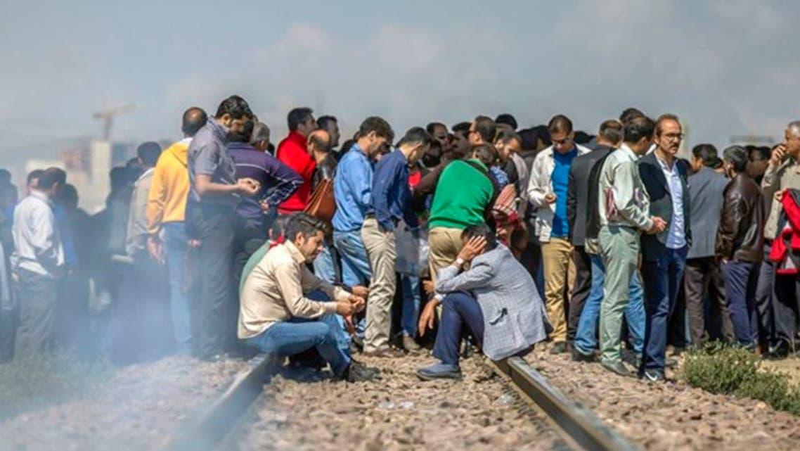 کارگران شرکت راهسازی اراک در اعتراض به حقوق معوقه ریل راهآهن را مسدود کردند