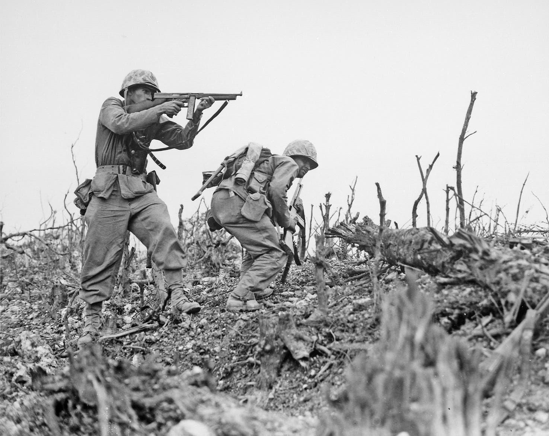 صورة لجنود أميركيين في خضم معركة أوكيناوا