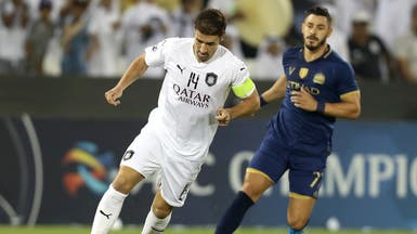 جوليانو يتابع الإسباني غابي خلال المباراة